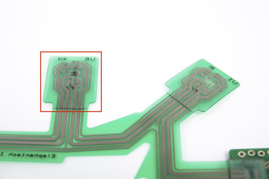 基板の裏面(基板に貼り付けられた透明の薄い板が補強板)