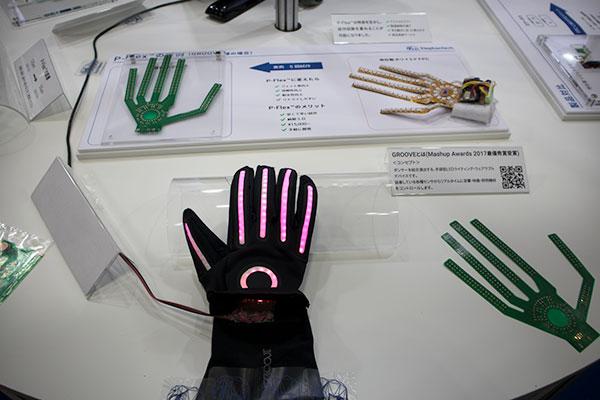 実際に弊社基板を利用して製作されたグローブ型のウェアラブルデバイスの展示